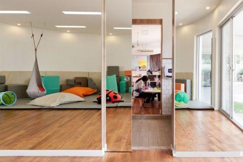 Разделение със стена с огледална повърхност