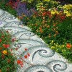 Пътеки в градината с мозайка от речни камъни