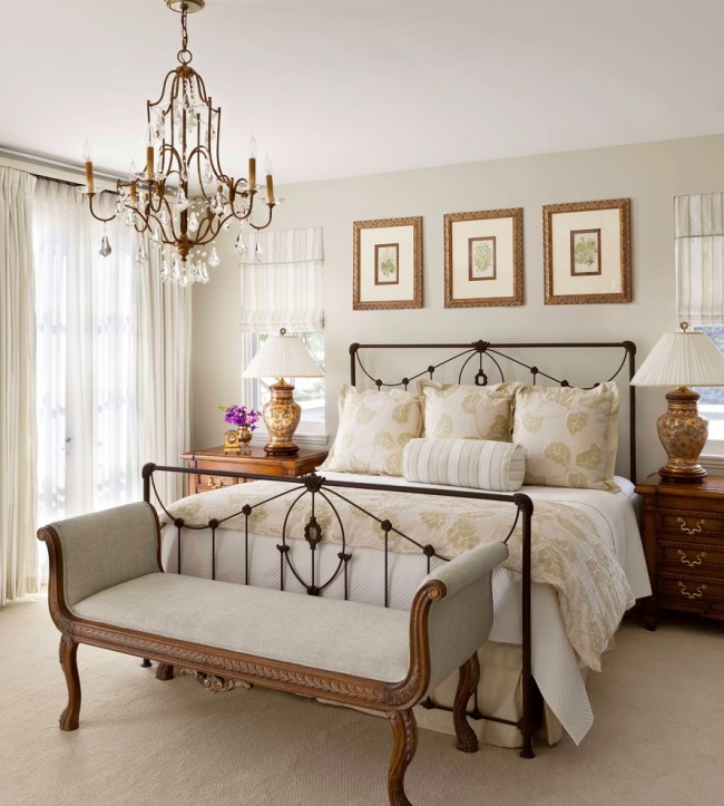 Легло от ковано желязо в класическа спалня