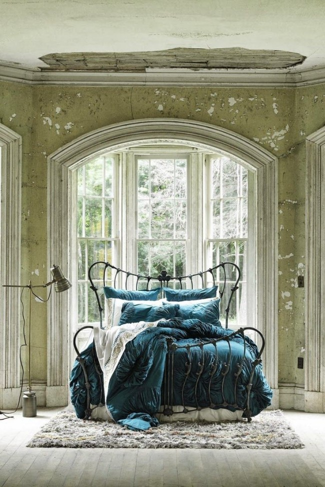 Легло ковано желязо във винтидж спалня