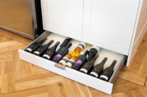 Вместо на стелаж, подредете виното в специален шкаф