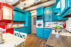 Кухня в тюркоаз – модерно решение за слънчево помещение