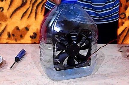 Собственоръчно направен климатик с бутилки и лед