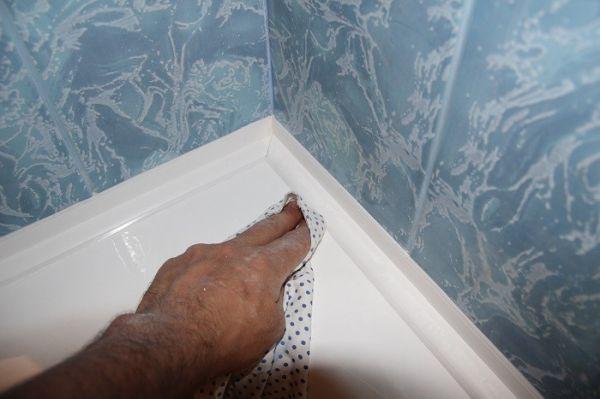 5 бързи начина за фугиране на банята, за да спрете теча между стената и ваната
