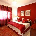 Червена спалня – романтика и стил, когато се спази мярката